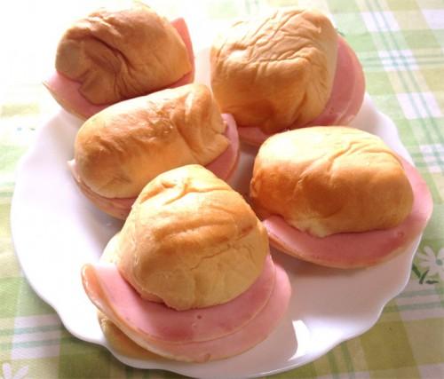 ハムをはさんで調理したロールパン