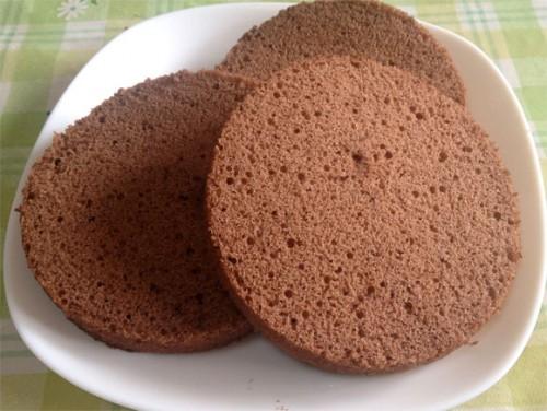 三等分にしたチョコレートケーキのスポンジ