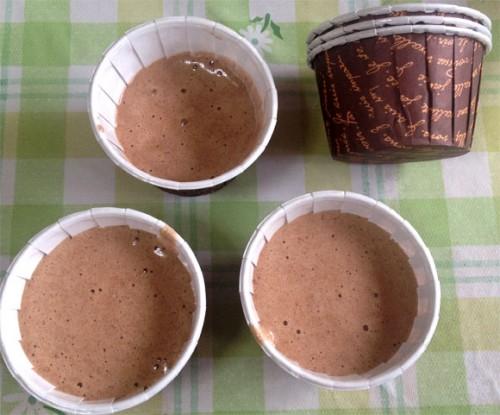 チョコレート生地が余ったらカップに入れます