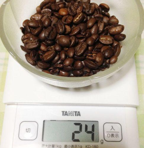 コーヒー豆を計量