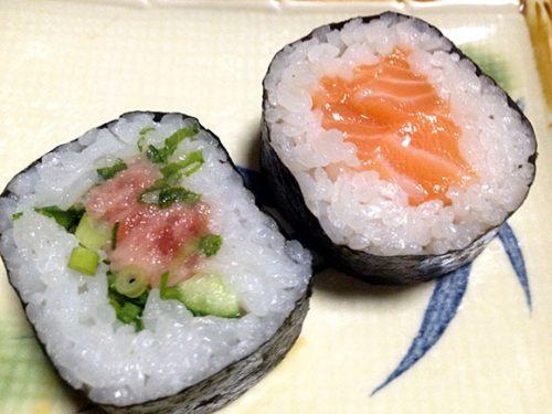 ねぎとろの太巻き寿司とサーモンの太巻き寿司