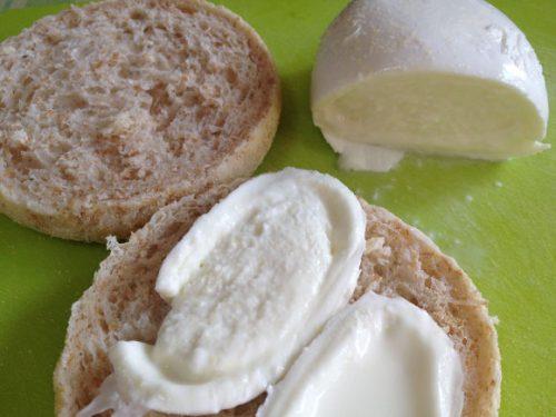 パンの間に挟むモッツァレラチーズ・ブッファラ