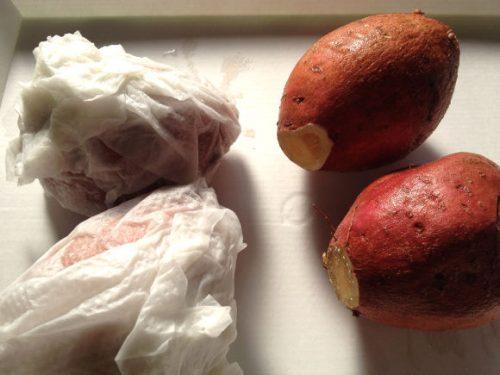 ベーパータオルとアルミ箔で巻く安納芋