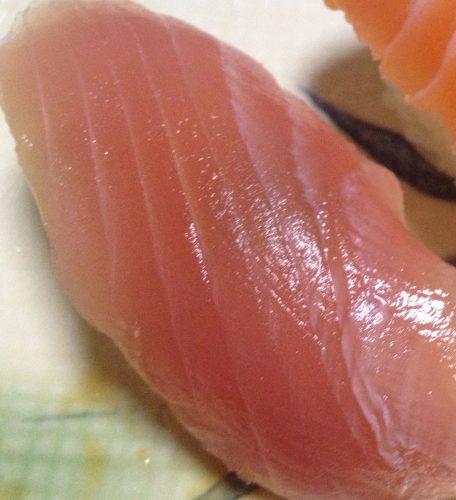 「まぐろとサーモン寿司」の中のまぐろの握り寿司