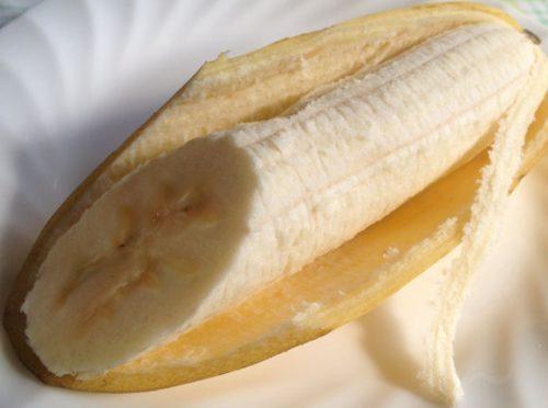 イオンのTOPVALUのバナナ「熟れっ子バナナ」を切るときれいな色