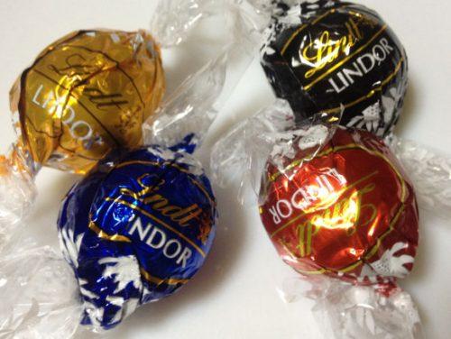 DARK(ダーク)、EXTRA DARK(エクストラダーク)、CARAMEL(キャラメル)、MILK(ミルク)の4種類のリンドール トリュフチョコレートの包。