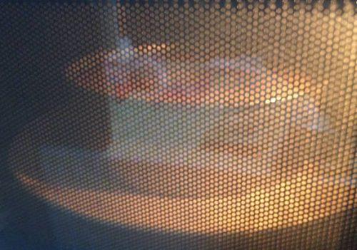 オーブンレンジ内では生地の膨らみが確認できます