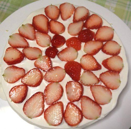 スライしたスポンジに生クリームとイチゴ