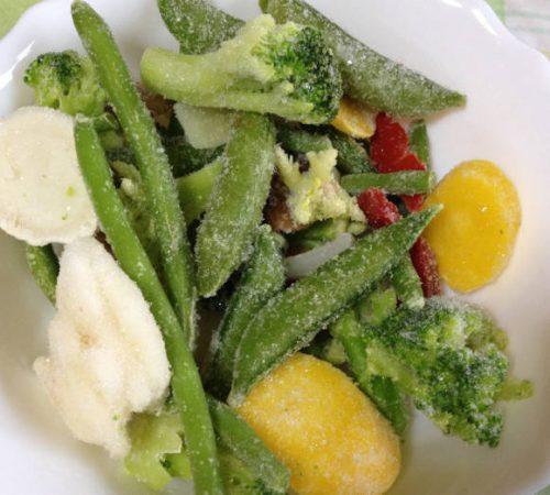 冷凍のベジタブルブレンド(ミックス野菜)を皿に盛る
